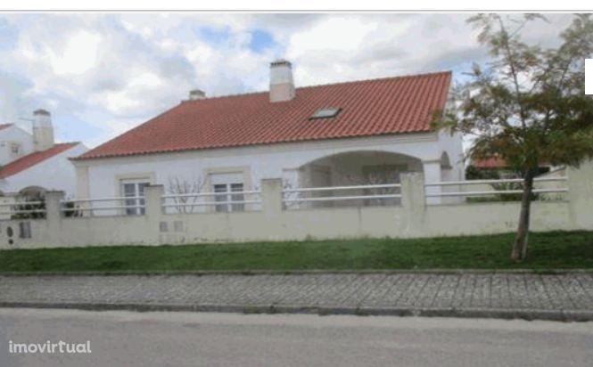 Moradia T4 , localizada em Bombarral , valor do imóvel 155.000,00 €