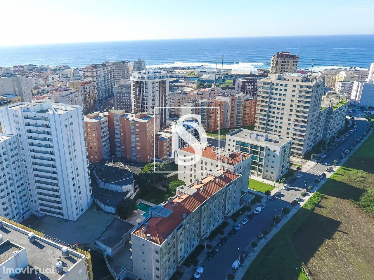 Apartamento T3, inserido em CONDOMÍNIO FECHADO C/ PISCINA