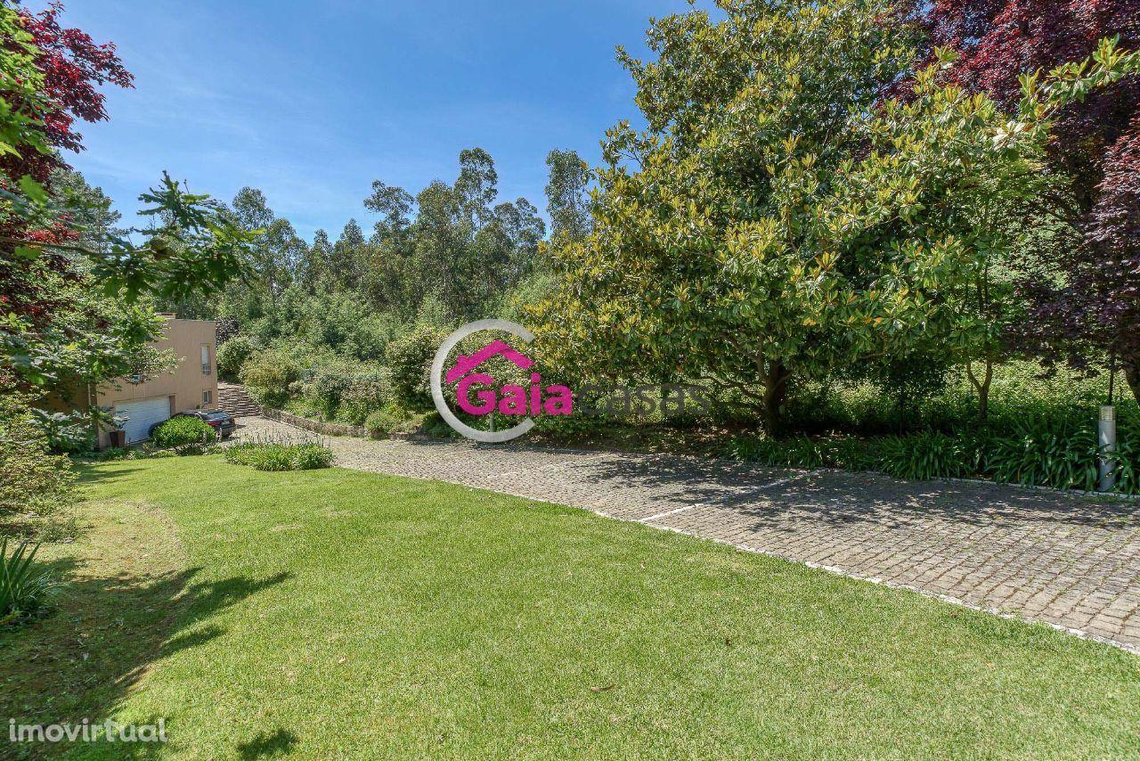 Moradia T3+1 tipo quintinha com grande área de jardim e espaços verdes