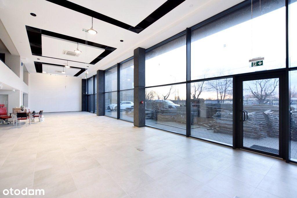 Nowy budynek handlowo biurowy z parkingiem