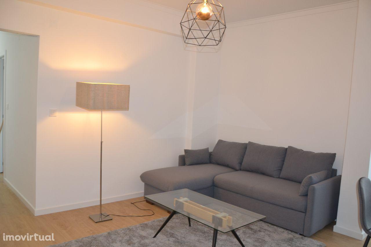 T2 remodelado e mobilado com localização excepcional e óptima área,