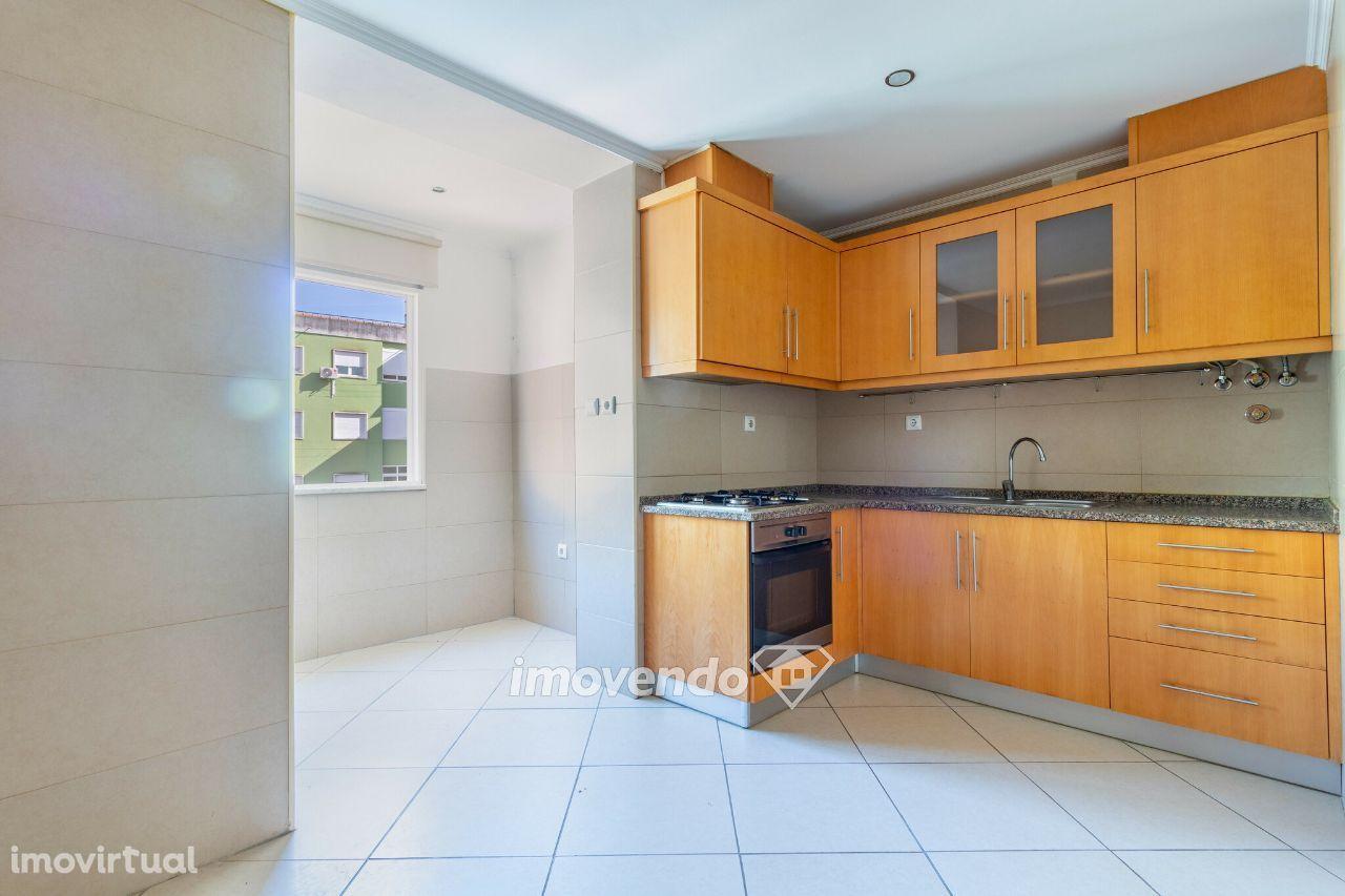 Apartamento T2, totalmente remodelado e pronto a habitar, na Amadora