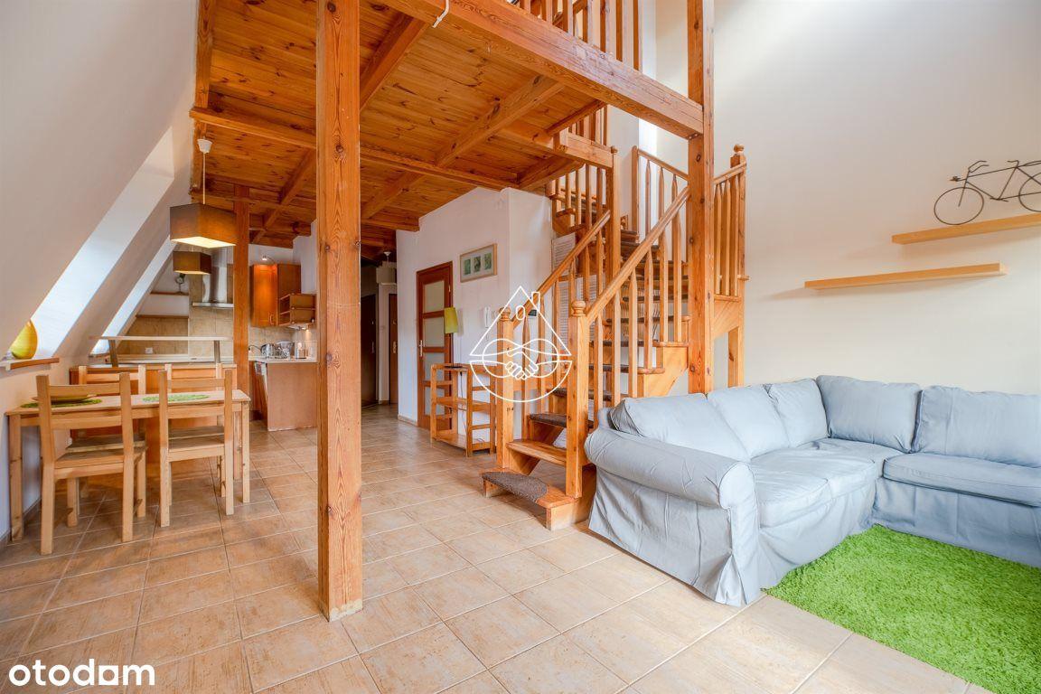 Dwupoziomowe mieszkanie za widokiem na zieleń.