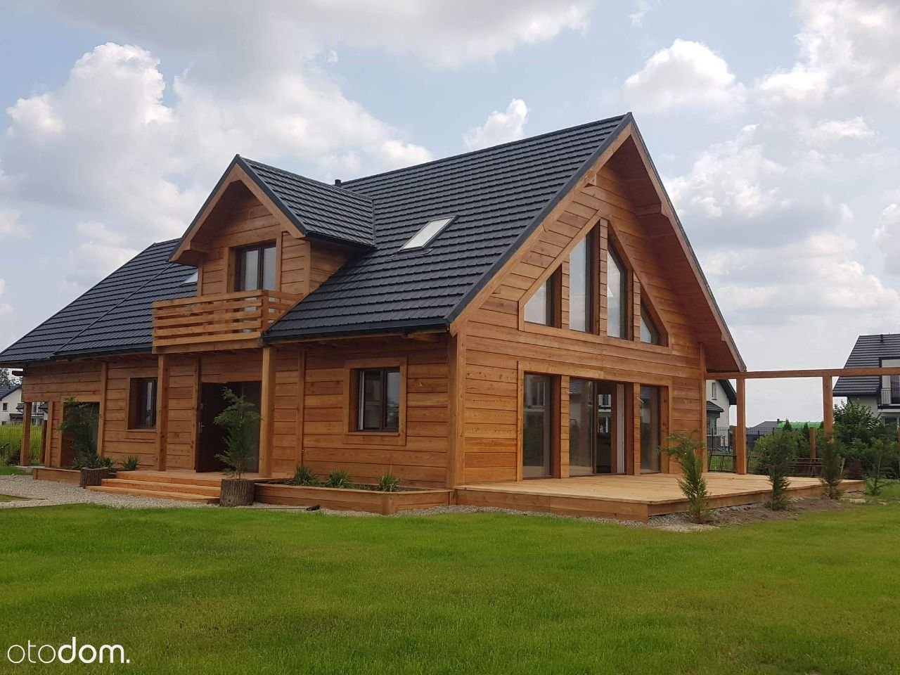 Piękny dom z modrzewiową elewacją