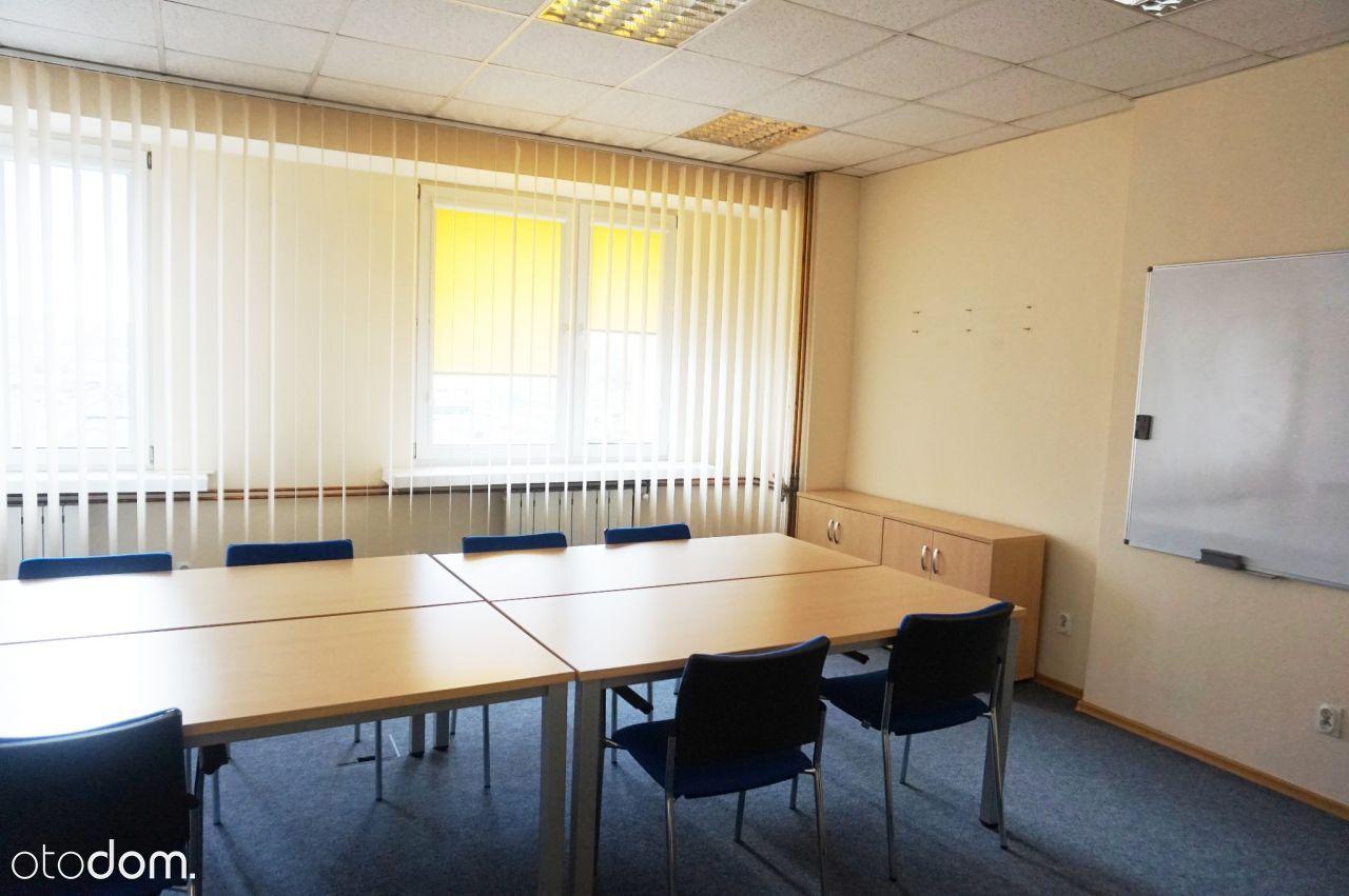 spory pokój w biurowcu