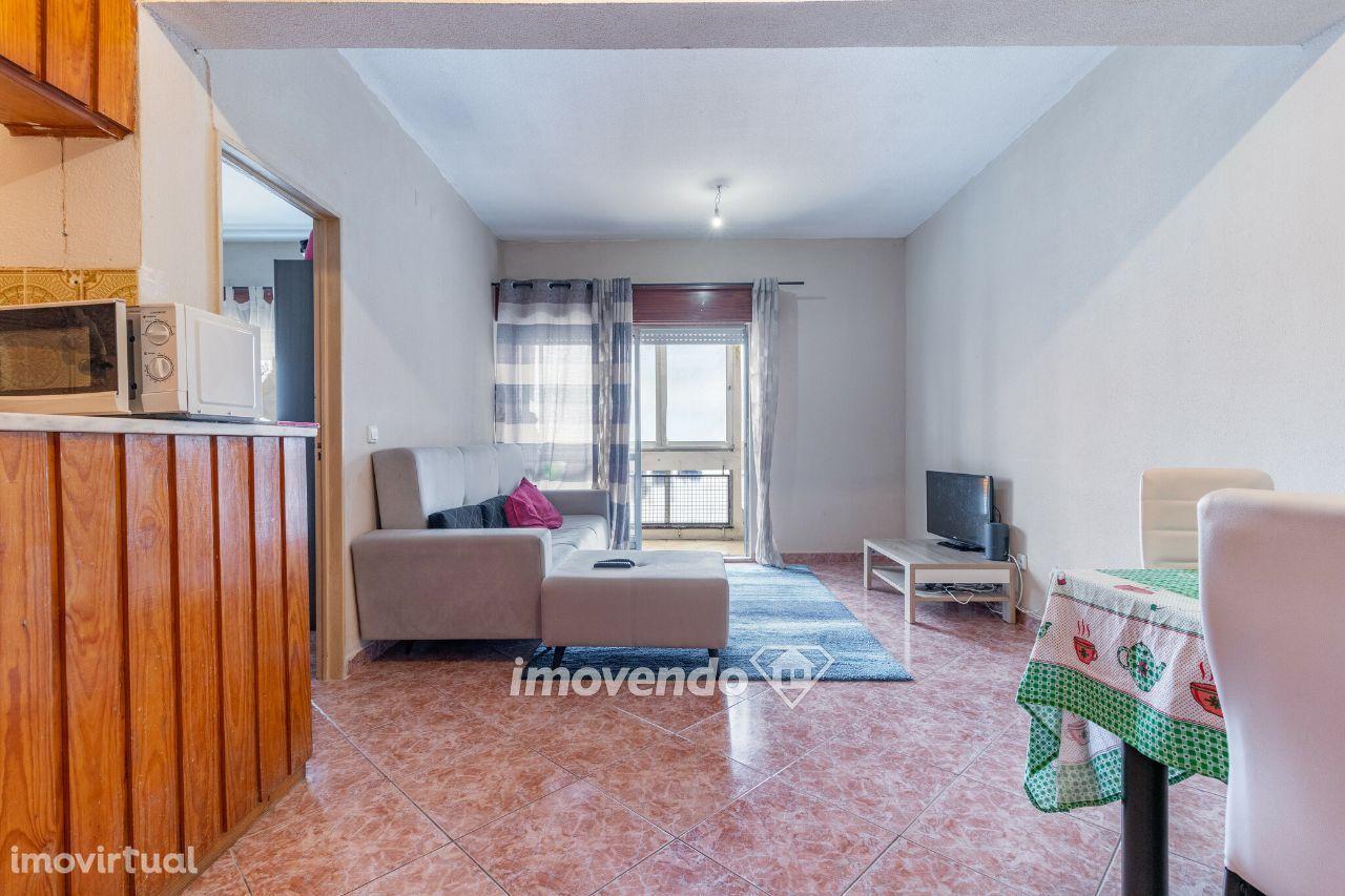 Apartamento T1, com áreas generosas e cozinha equipada, em Monte Abraã