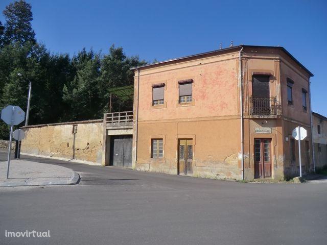 Moradia V4(zona comercial e armazém)-Aguada de Baixo