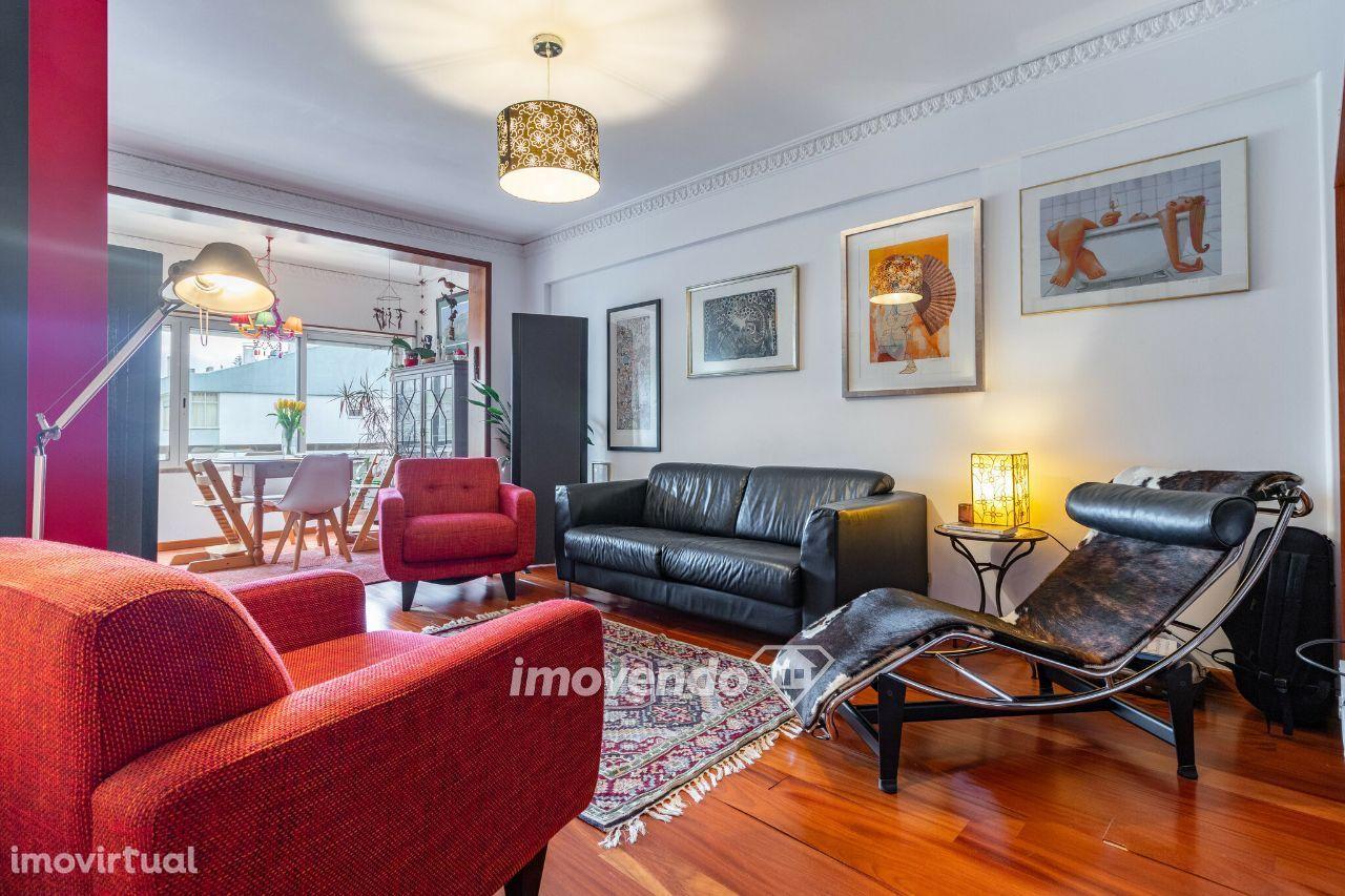 Apartamento T3, com áreas generosas e cozinha equipada, em Carcavelos