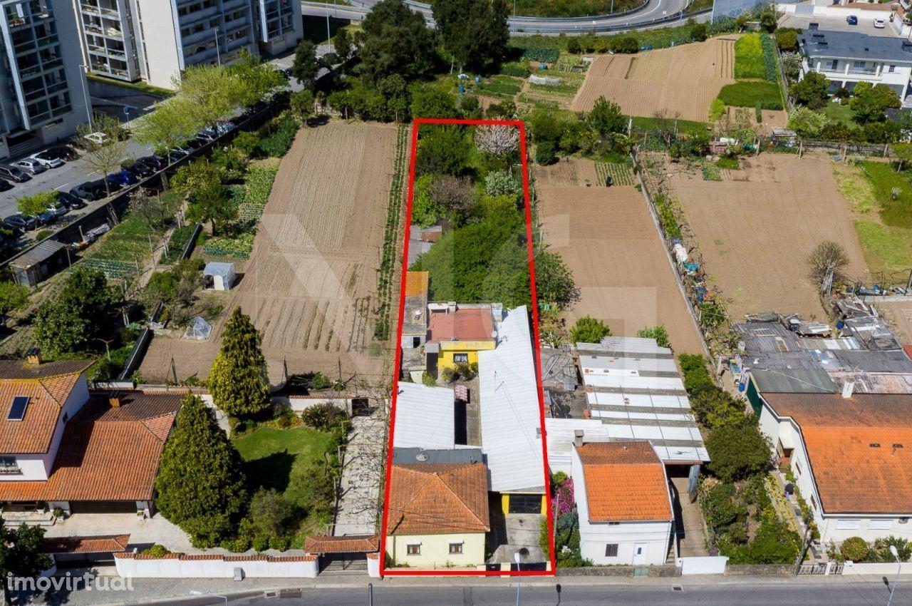 Terreno com área total de 1069 m2, com 2 moradia térreas, na Maia
