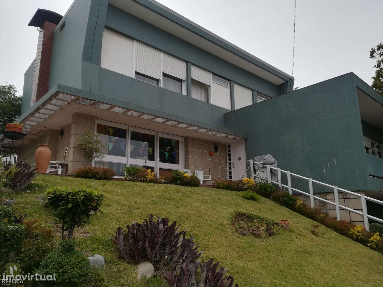 Moradia isolada T5, localizada numa prestigiada avenida do Porto.