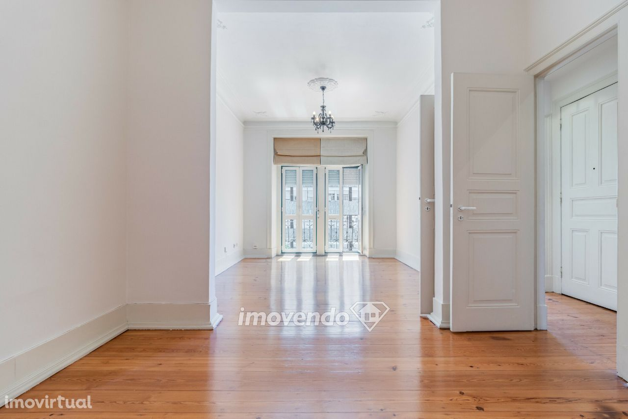 Apartamento T2+1, renovado e pronto a habitar, na Av. Duque de Loulé