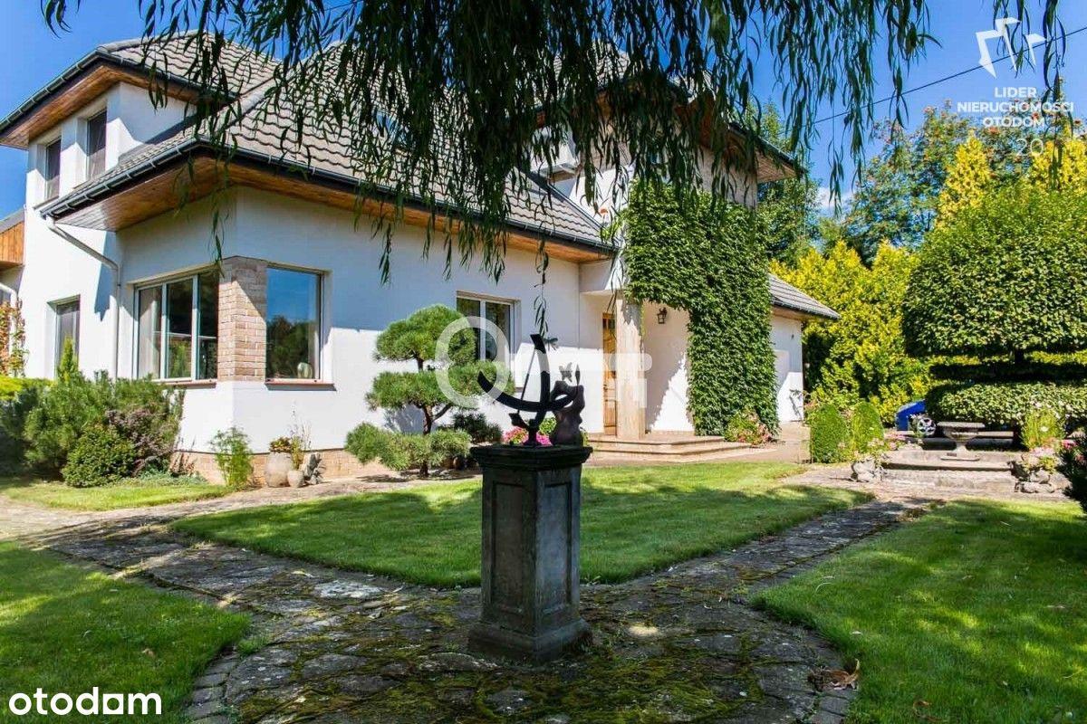 Dom z przepięknie utrzymanym ogrodem