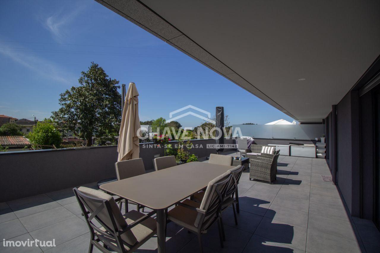 Apartamento T2+1, Novo R/C com terraço situado em Vilar do Paraíso