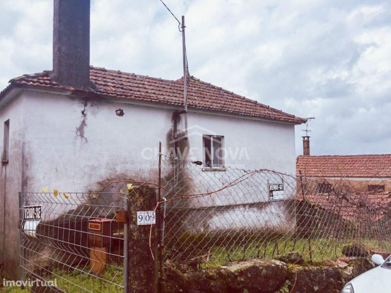 Moradia Isolada T2 para restauro em Vale de Cambra