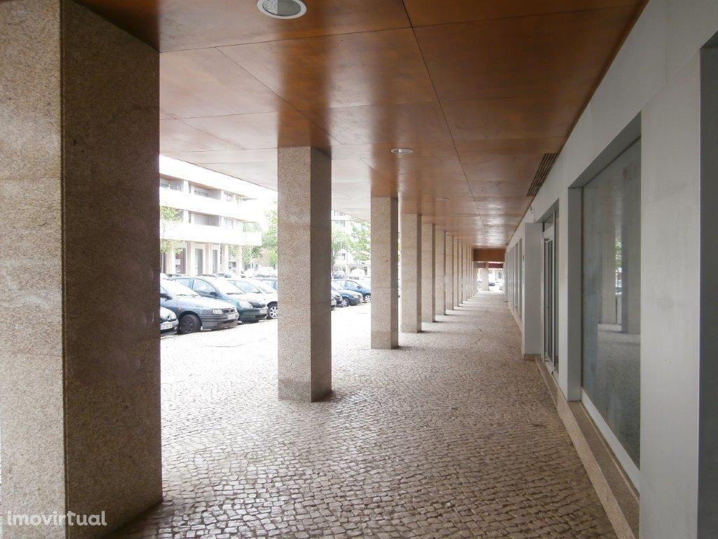 Loja ampla com wc em zona nobre de Viseu - Edifícios Viriato