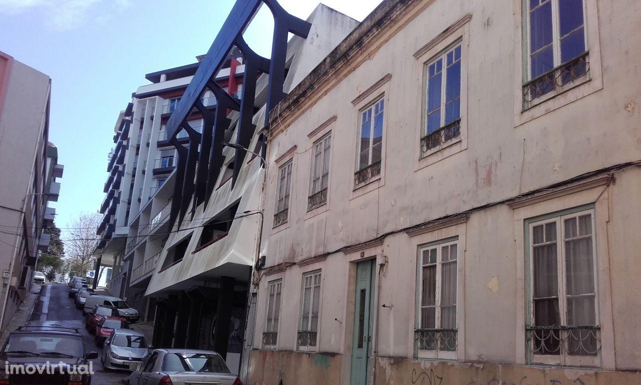 Prédio remodelado centro Alcobaça Ap t-1 e t-2