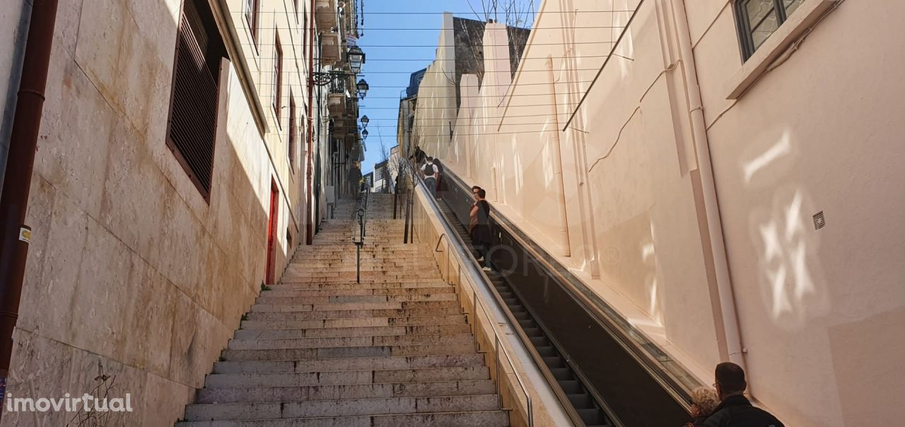 Prédio de 3 andares para remodelar na Mouraria