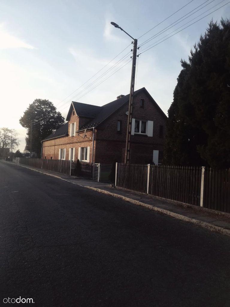 Dom po remoncie z budynkami gospodarczymi i stawem