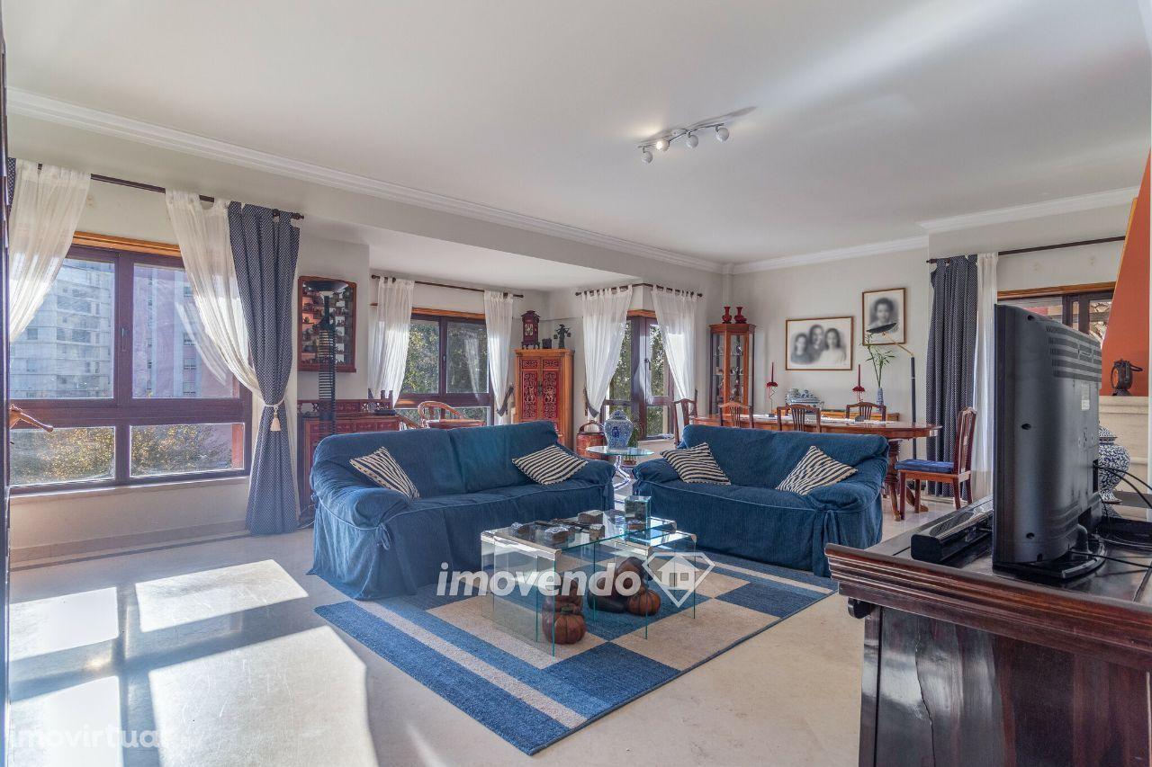 Apartamento T4+1, com acabamentos de luxo, em Telheiras
