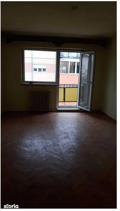 Apartament 3 camere decomandat , zona Cetate