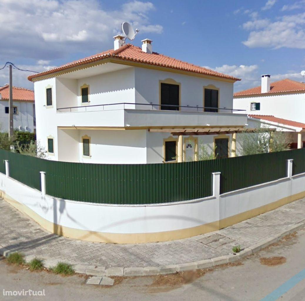 Azeitão Moradia 4 ass com garagem e jardim.