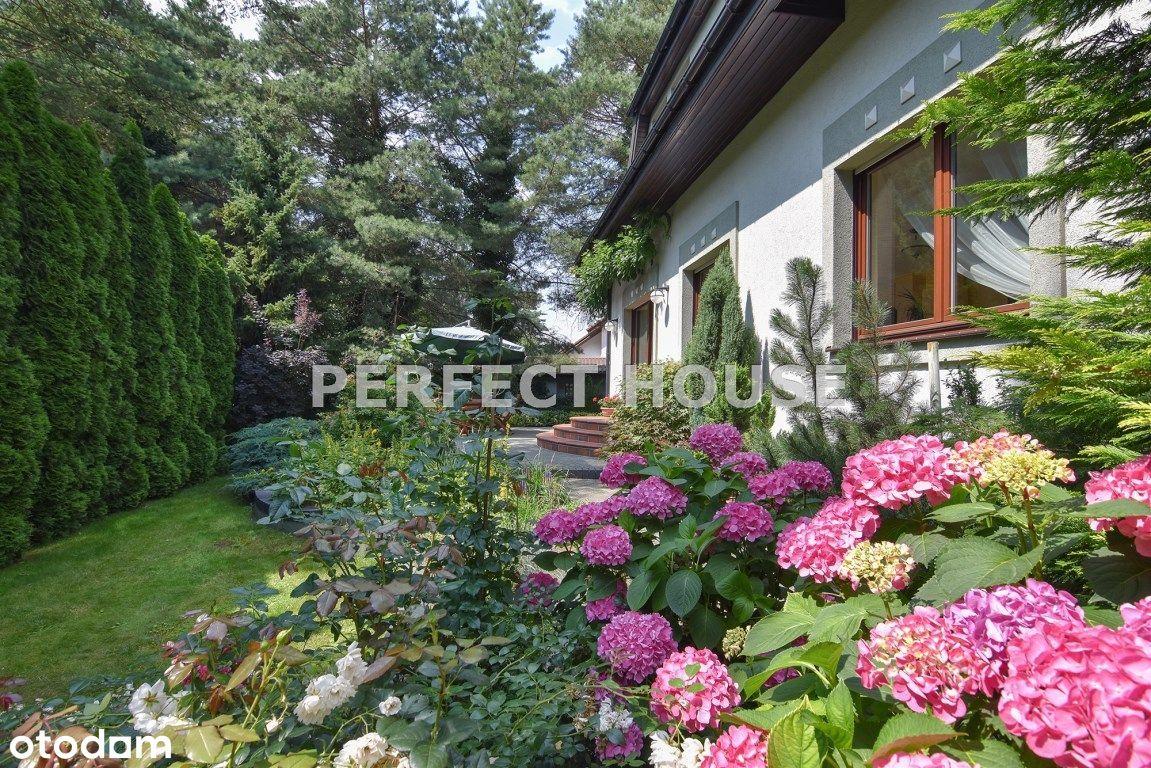 Kameralny dom przy lesie z pięknym ogrodem