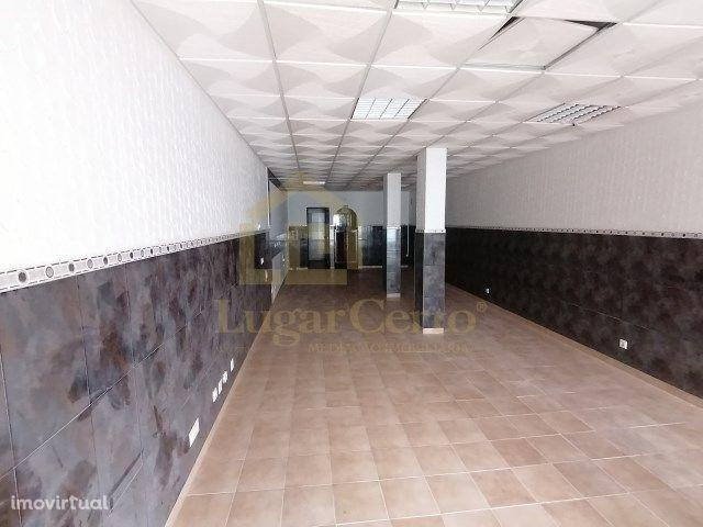 excelente loja no centro de Santana Sesimbra com arrecadação e wc