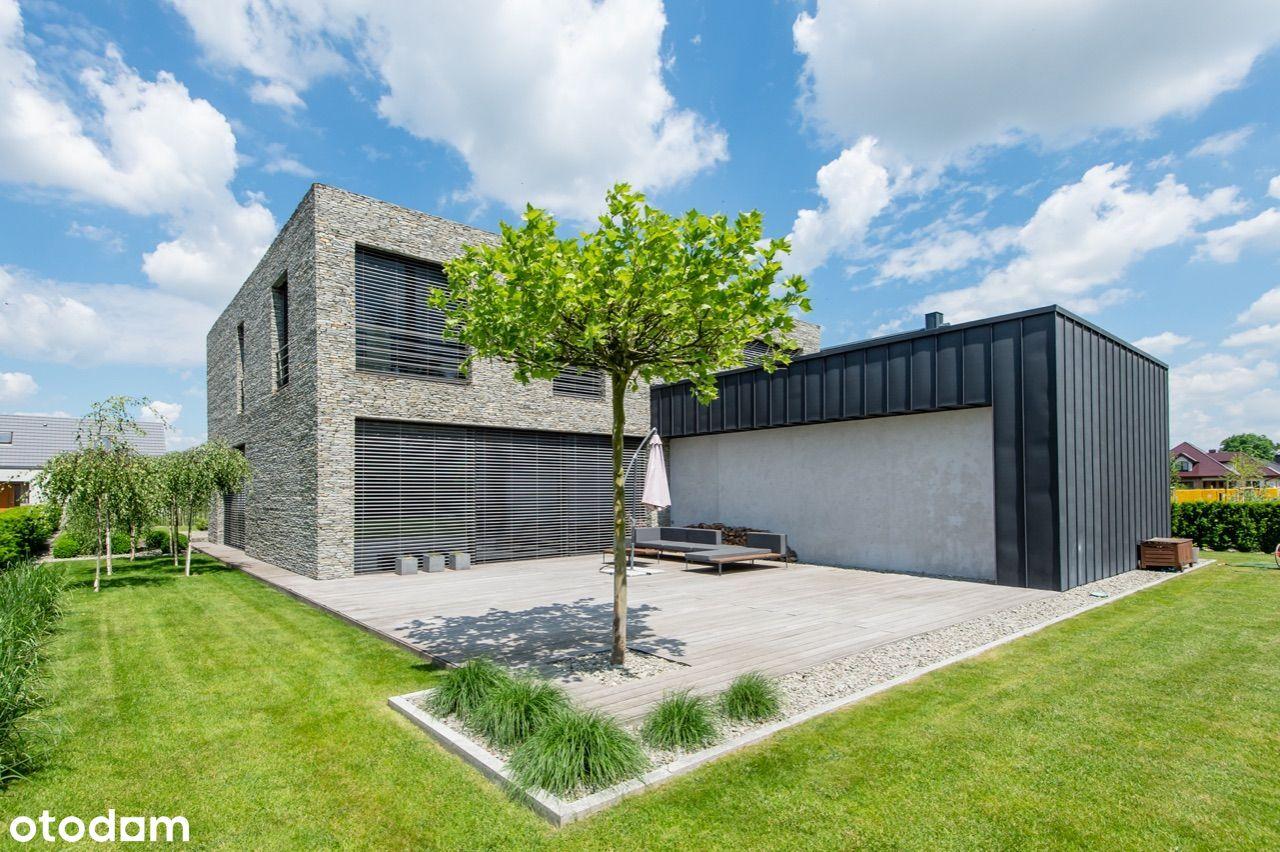 Nowoczesny wolnostojący dom z tarasem i ogrodem