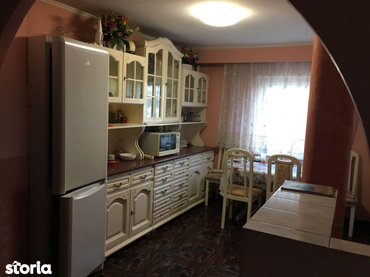 De închiriat apartament 3 camere Xenopol