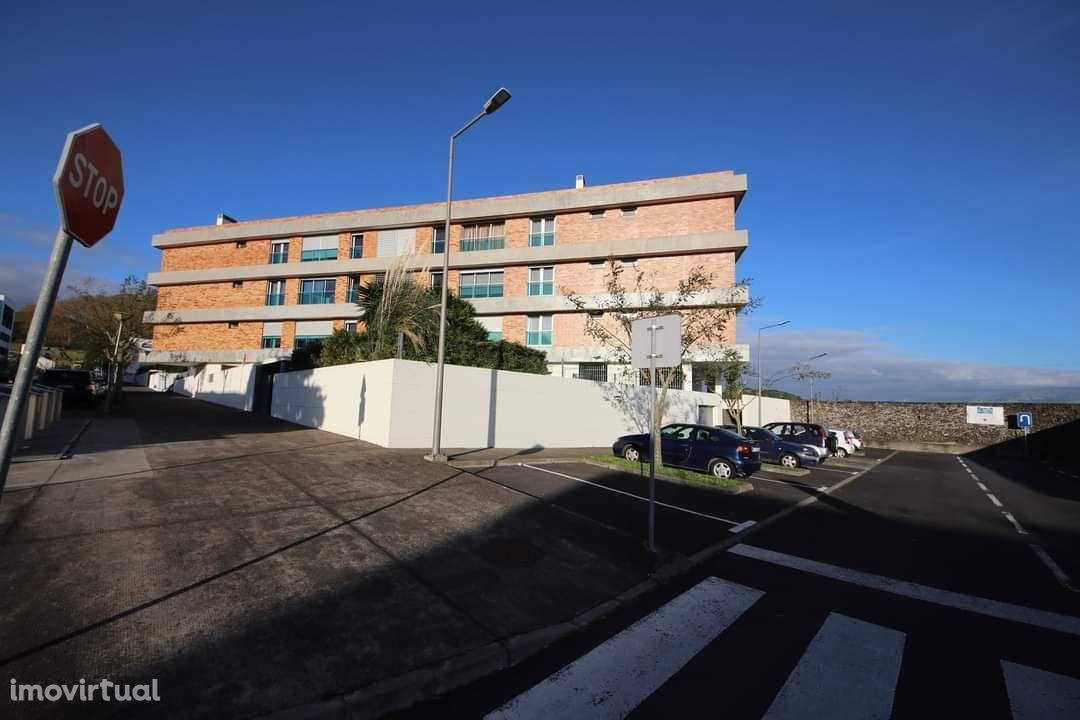 Apartamento T2 em condomínio fechado, Urb Pico Salomão