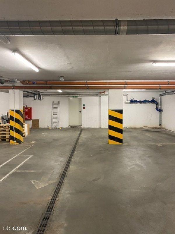 Garaż w hali parkingowej