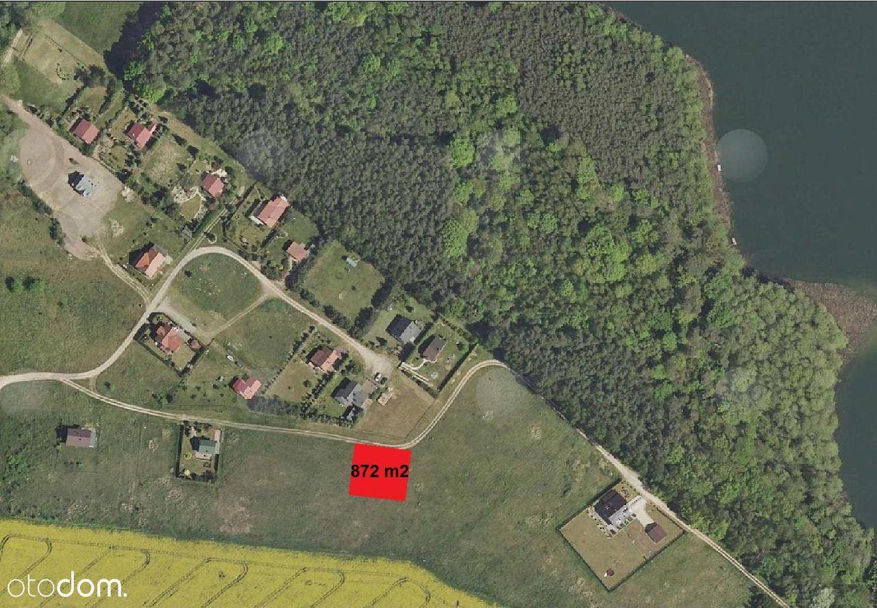 Narożna działka budowlana w sąsiedztwie jeziora.