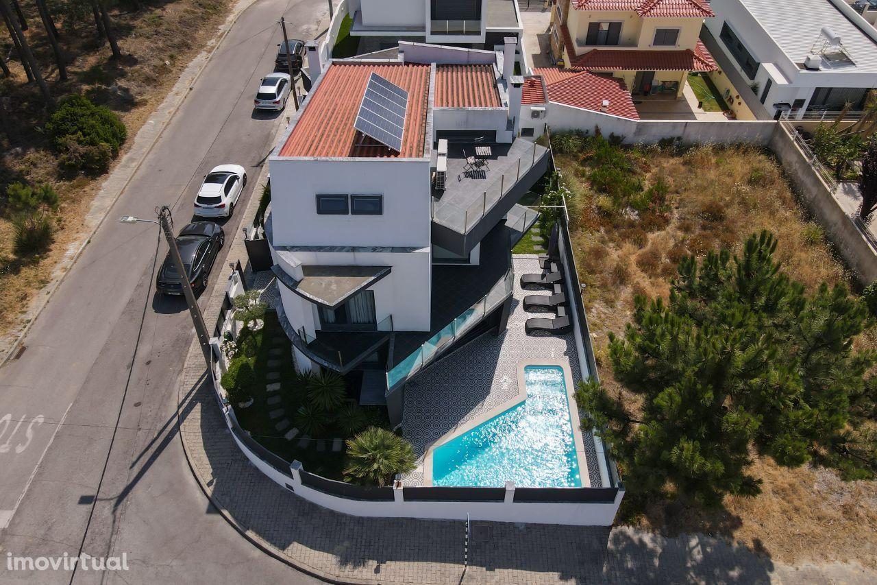Moradia de luxo T4 em Corroios com piscina de água salgada aquecida