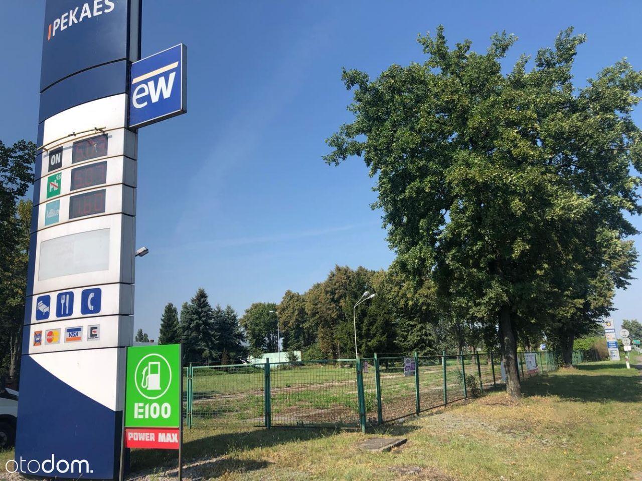 miejsca postojowe koło stacji paliw PEKAES.