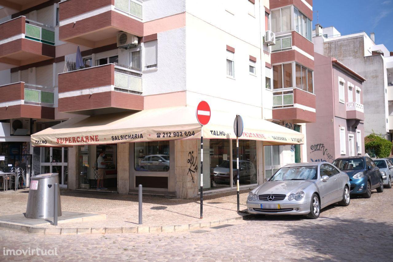 Costa da Caparica   Loja de gaveto no centro da Vila.