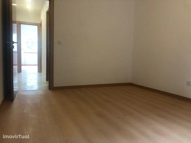 Apartamento T3 renovado em Carnaxide
