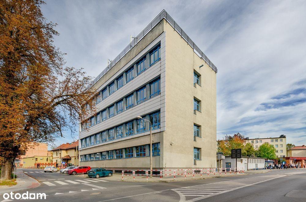 Duży budynek biurowy w Rybniku, w pobliżu Rynku