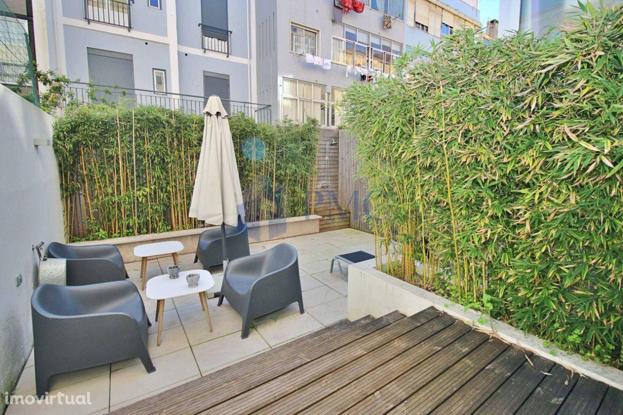 Apartamento T2 remodelado com terraço nas Avenidas Novas