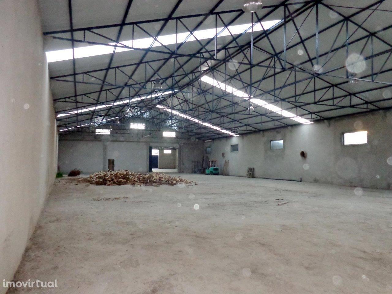 Armazém arrendado AC 1300m2 Anta, Espinho, AD 300m2