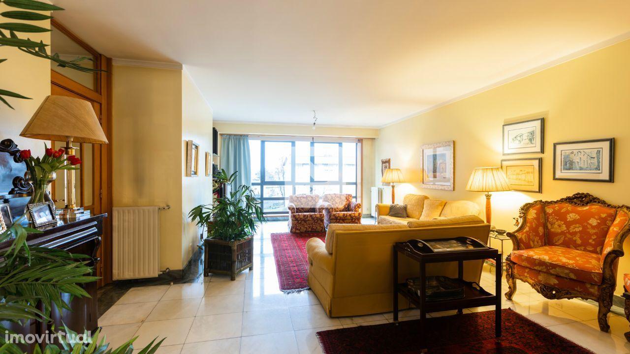 Apartamento T3+1, à Alameda Eça de Queirós e Praça Velasques