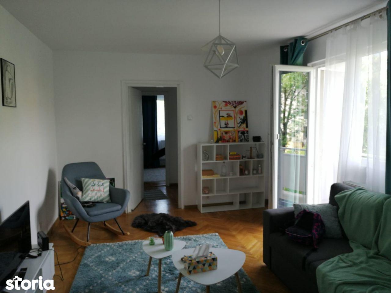 Semidecomandat , doua camere , etajul 3/4 , zona Brazda lui Novac.