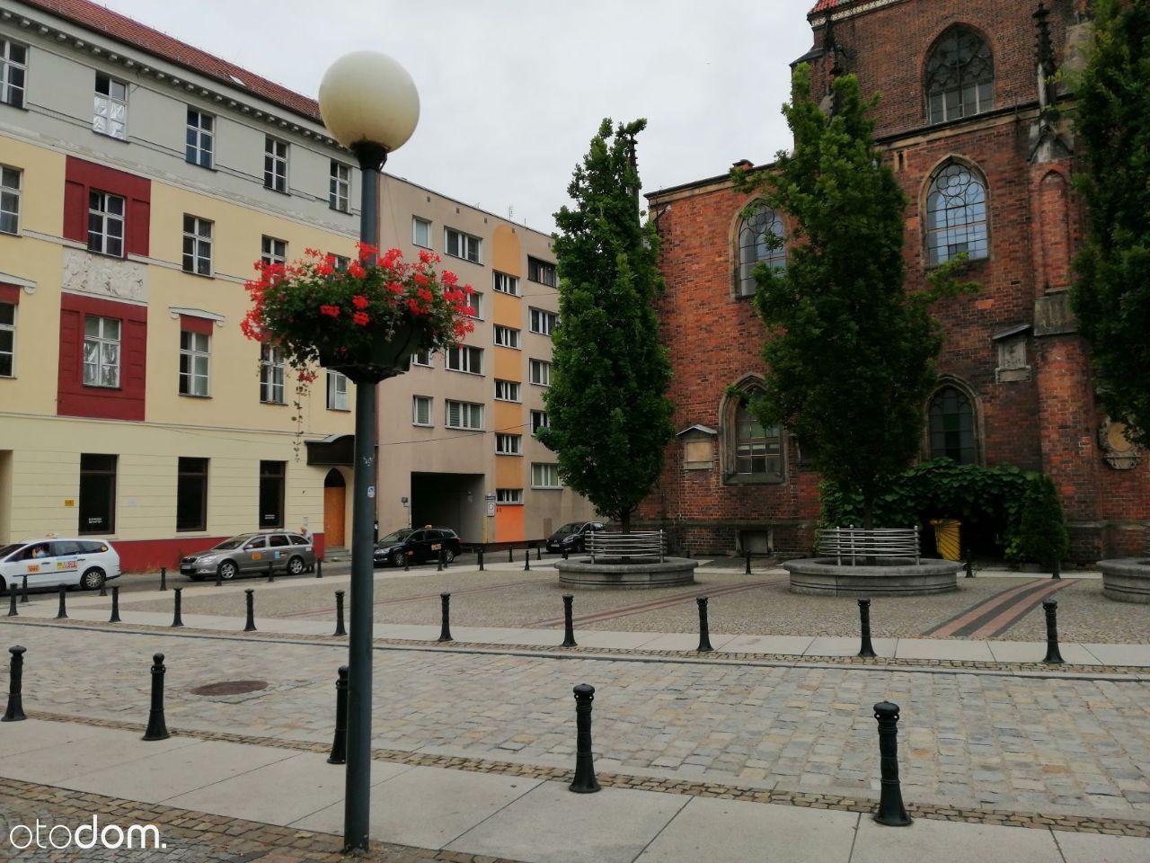 RYNEK-ul.Łaciarksa-przy katedrze Marii Magdaleny