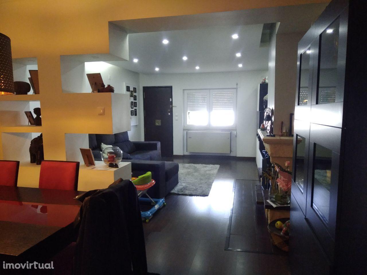 1º Andar Duplex independente com terraço (T4+2) em Moradia em Odivelas