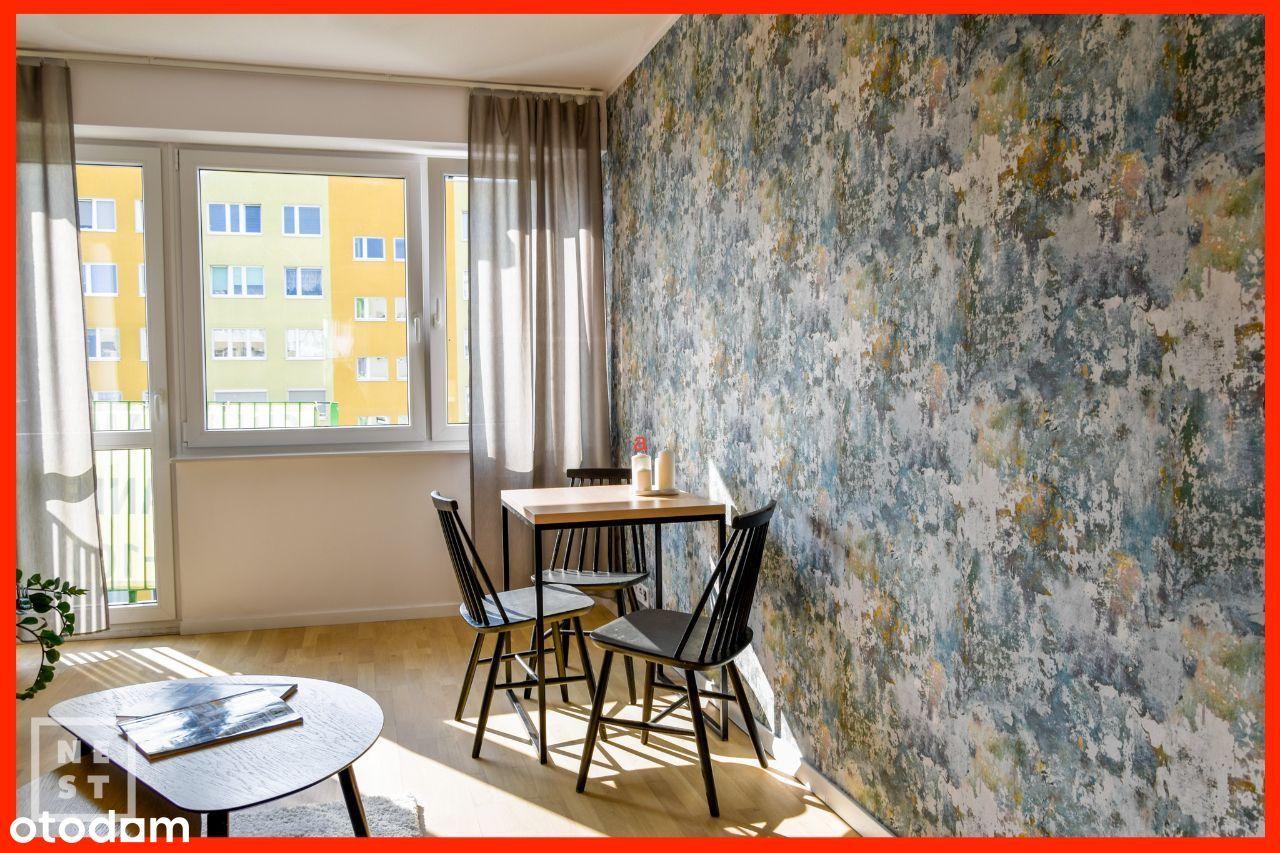 Trzy pokoje z osobną kuchnią i balkonem, V osiedle