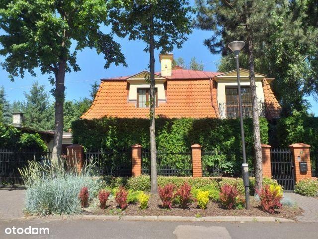 Klasyczny dom w zieleni Anin Mirtowa bezpośrednio