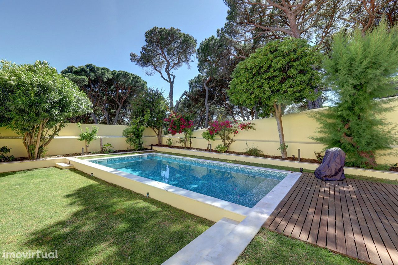 Apartamento T2+1 com jardim e piscina privativos no Estoril