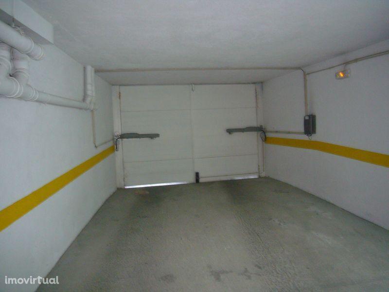 Garagen e estacionamento em Almada, Almada