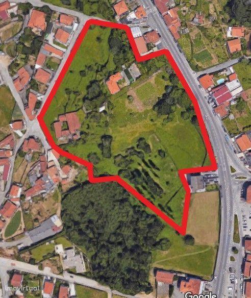 Quinta com duas casas (uma habitável com piscina e outra de pedra).