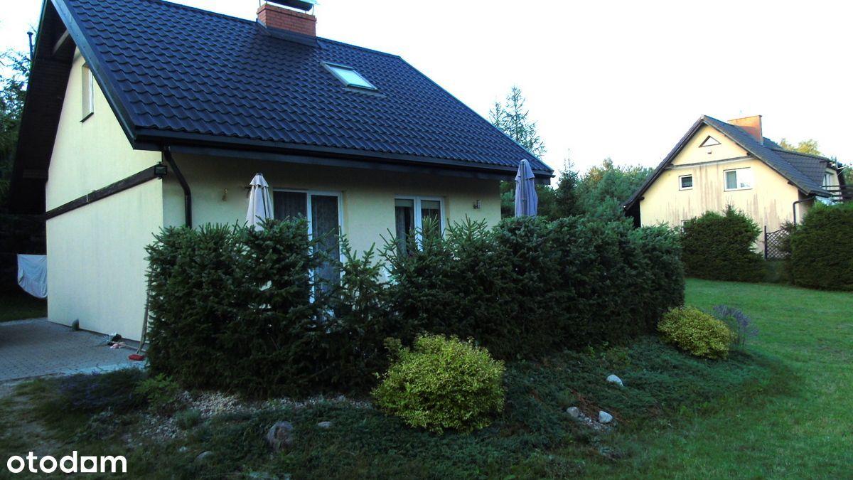 Domek w stylu skandynawskim nad jeziorem