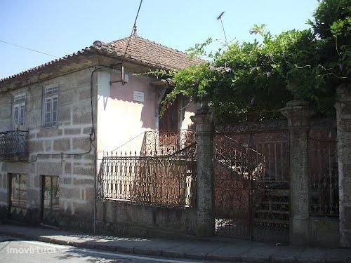 Moradia senhorial no centro de Vila Meã